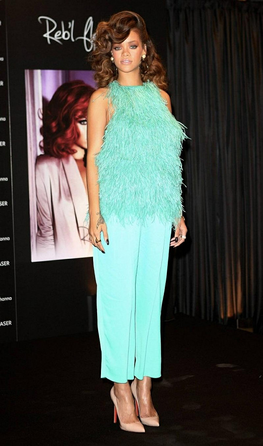 Rihanna v pštrosím modelu.
