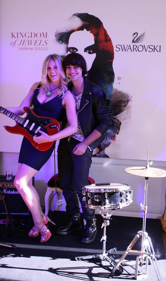 Hudebník Niko Jalauzidis na akci hrál na kytaru a zpíval a Nikol se chtěla přidat.