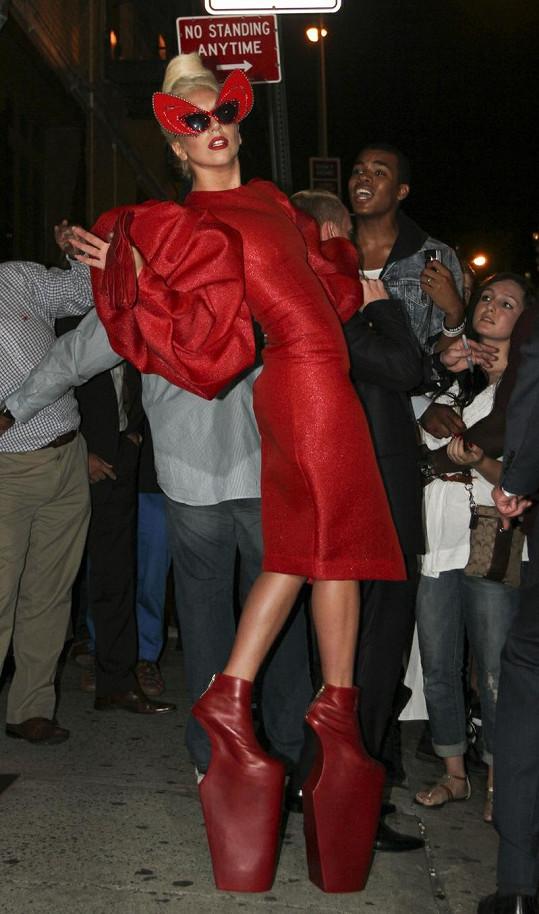 Lady Gaga opět ohromila veřejnost bláznivým modelem a především šíleně vysokými botami... ale i něčím navíc.