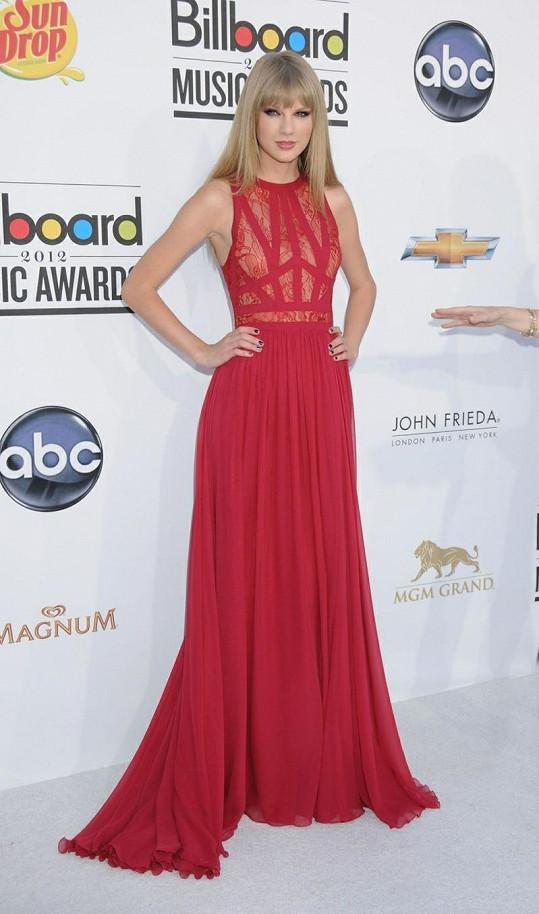 Taylor Swift si odnesla ocenění Žena roku v úchvatných šatech bez rukávů s chytře řešeným krajkovým vrškem od Elieho Saaba.