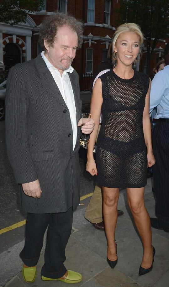 Šaty britské televizní hvězdy neskrývaly téměř nic.