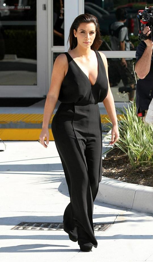 Kim Kardashian si zapomněla vzít podprsenku.