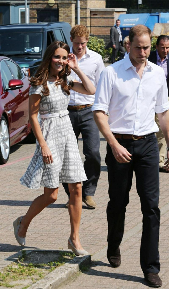 Ležérně elegantní šaty od Hobbs Kate velmi sedly.