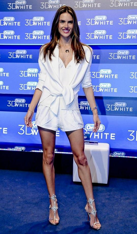 Alessandra má velice hubené nohy.