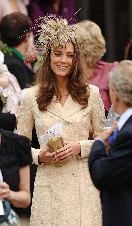 Kate měla před pěti lety klobouček z per.