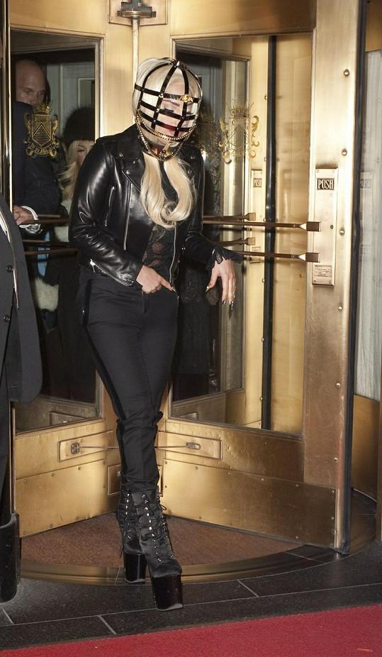 Gaga při odchodu z hotelu.
