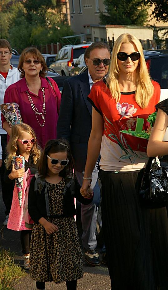 Gottova rodina přichází do školy.