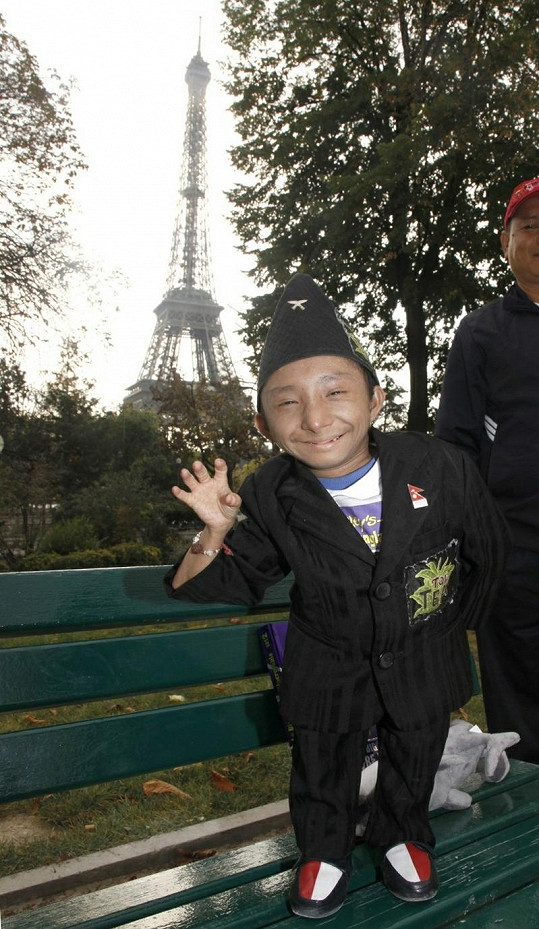 Khagendra Thapa u Eiffelovy věže.