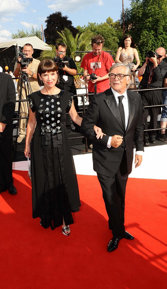 Prezident karlovarského festivalu Jiří Bartoška s manželkou.