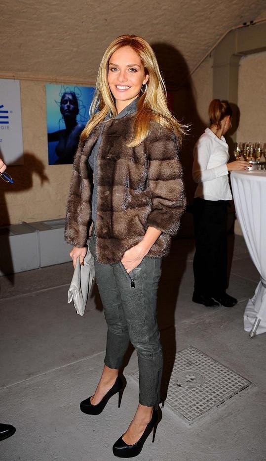 Táňa Kuchařová v outfitu od Ivany Mentlové.