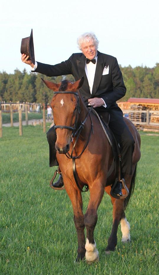 Miloš Zapletal rád potvrdí, že jeden z nejkrásnějších pohledů na svět je ten z koňského hřbetu.