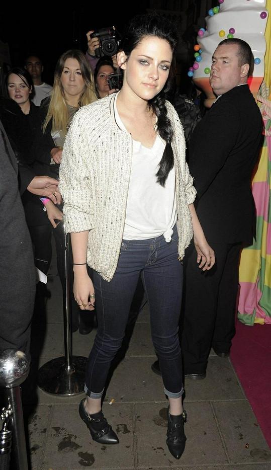 Kristen Steward v outfitu na party a opět s uvázaným tričkem.