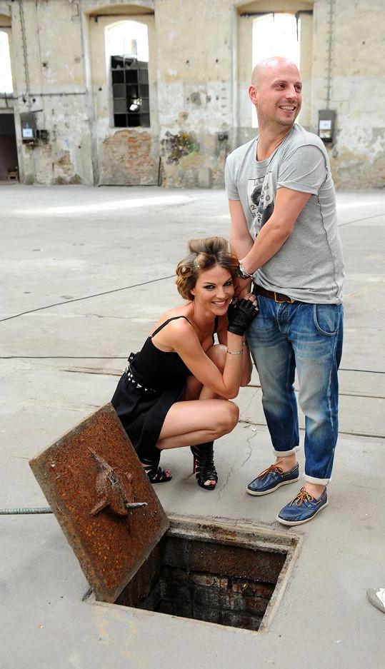 Pavlína Němcová a stylista Filip Vaněk nad kanálem, do kterého jim spadly klíče od auta za několik miliónů.