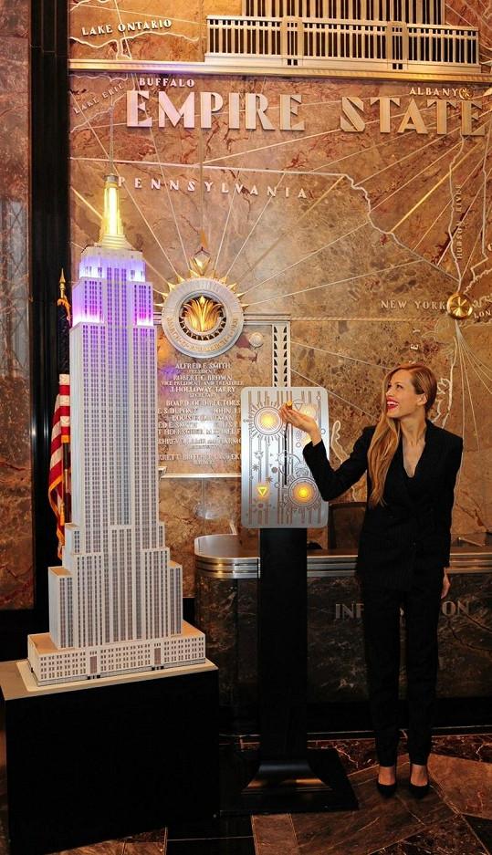 Petra u zmenšeniny Empire State Building.