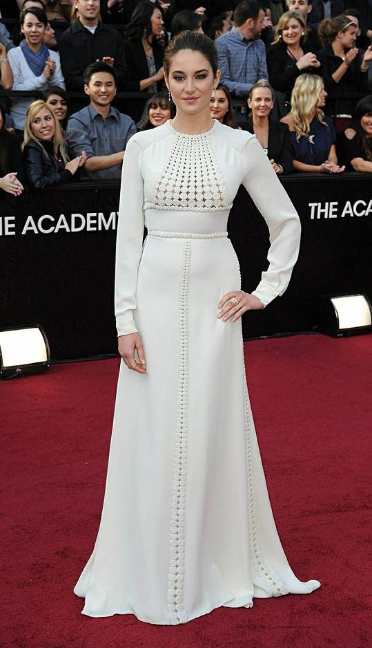 """Herečka Shailene Woodley se nechala slyšet, že je nadšená svými couture šaty od Valentina. """"Nejvíc se mi líbí ty dlouhé bílé rukávy,"""" řekla na červeném koberci. Její nadšení s ní ale rozhodně nesdílíme."""