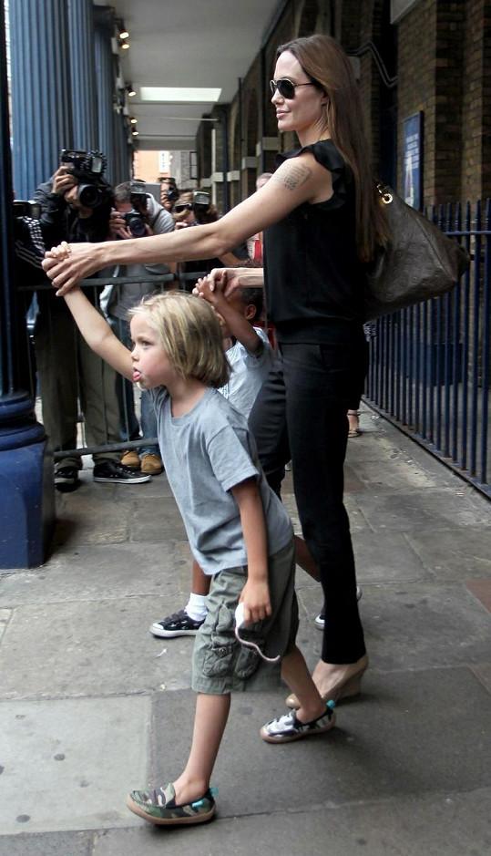 Angelina vede děti z muzikálu.