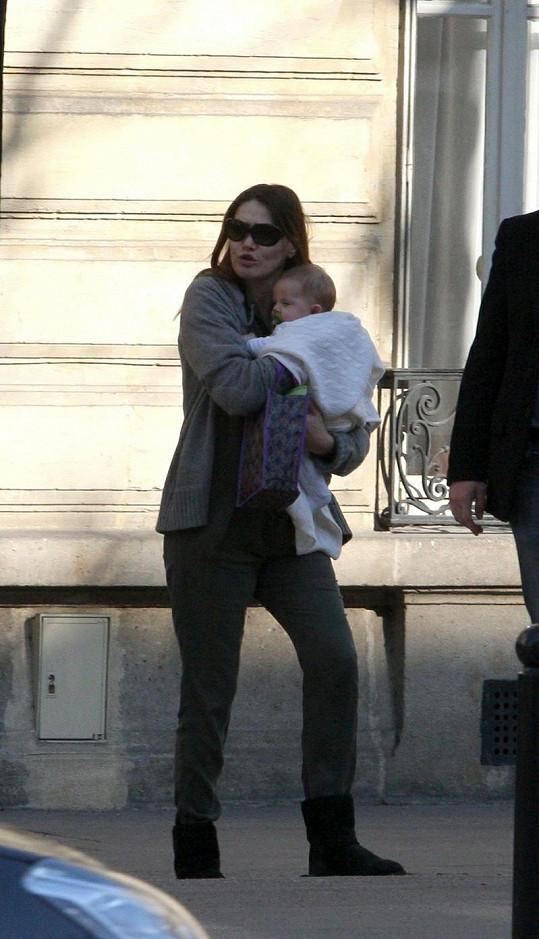Francouzská první dáma odchází s dcerkou od pediatra.