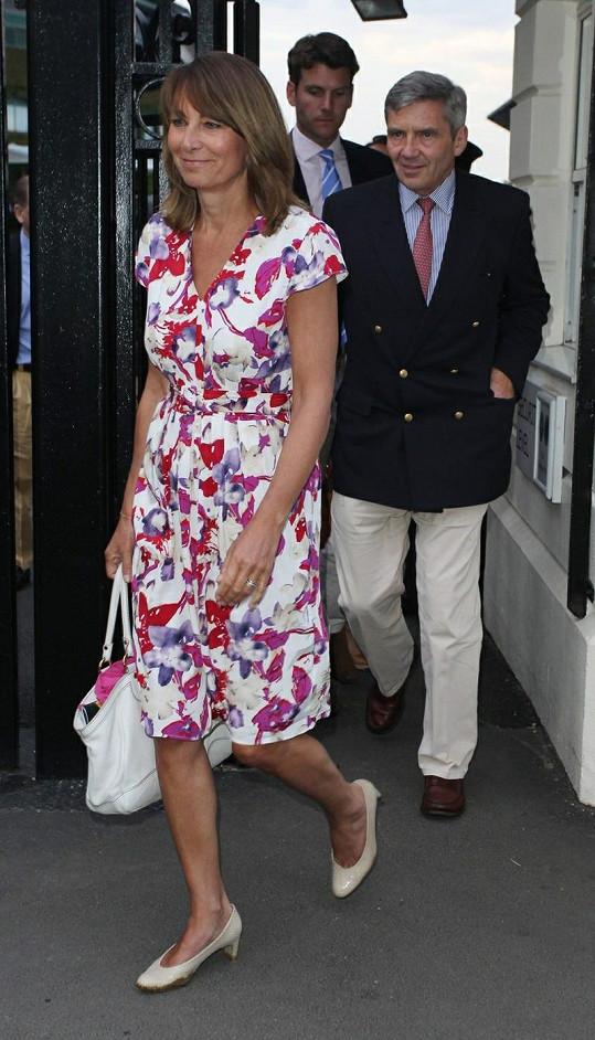 V popředí Carole Middleton, za ní její manžel Michael a jako v pozadí partner jejich dcery Pippy Alex Loudon.