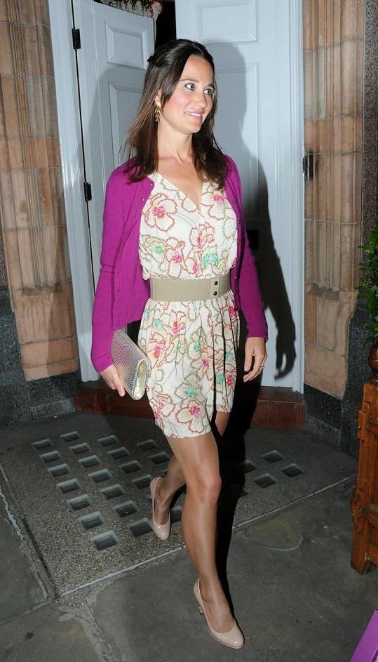 Pippa Middleton před hotelem Goring.