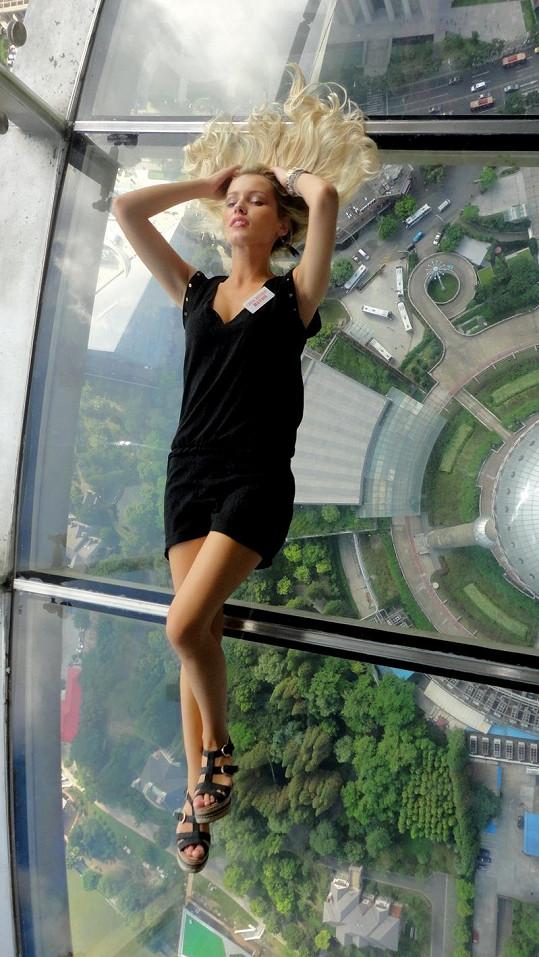 Linda Bartošová se nebála pózovat ve výšce 468 metrů.