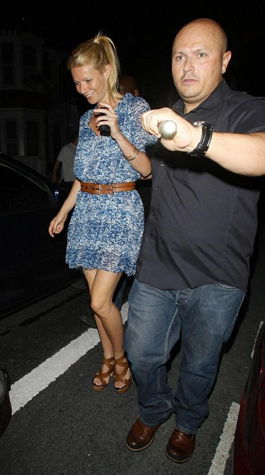 Bez cizí pomoci by Gwyneth Paltrow k autu nedošla.