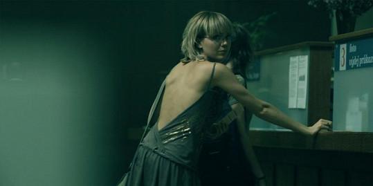 Jindy stydlivá Lucka v jedné scéně ukázala holá záda.