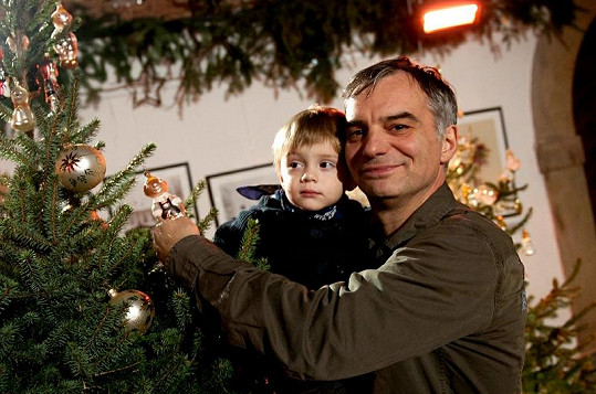 Ivan Trojan se svým nejmladším synem Toníčkem zdobili stromeček.