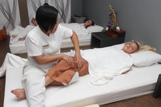 Holky si dopřály thajskou masáž.