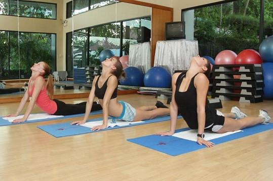 Holky si s chutí zacvičily jógu.