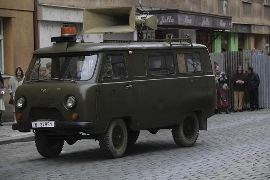 Na natáčení byla vypůjčena dobová auta.