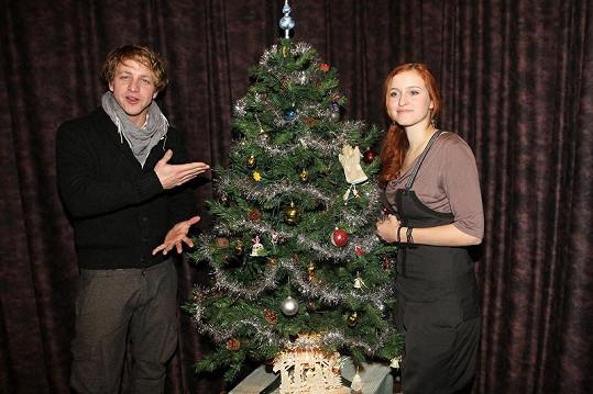 Tomáš s Kamilou Janovičovou u vánočního stromku.