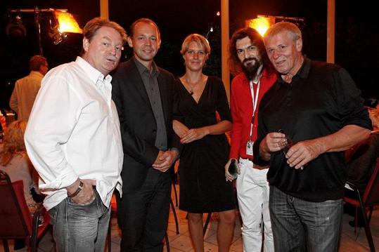 Partička hostů na párty města.
