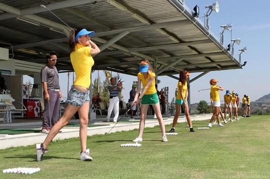 Finalistky se učily hrát golf.