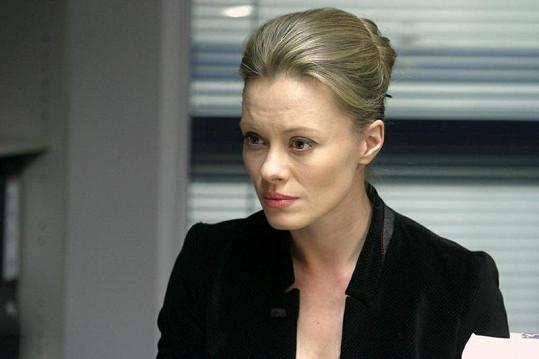 Linda Rybová v roli tvrdé státní zástupkyně.
