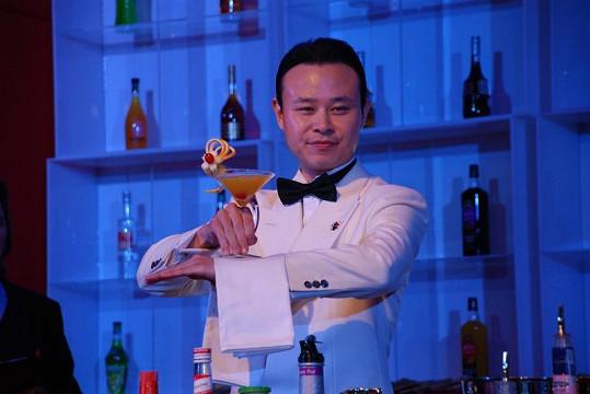 Autor nejlepšího koktejlu světa Takafumi Yamada.