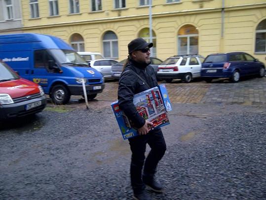 Petr Kolář vybíral dárky pro své syny.