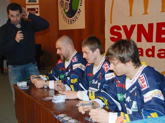 Martin Dejdar a hokejisté z klubu Bílí tygři.