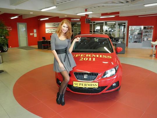 Darja se svým novým autíčkem.