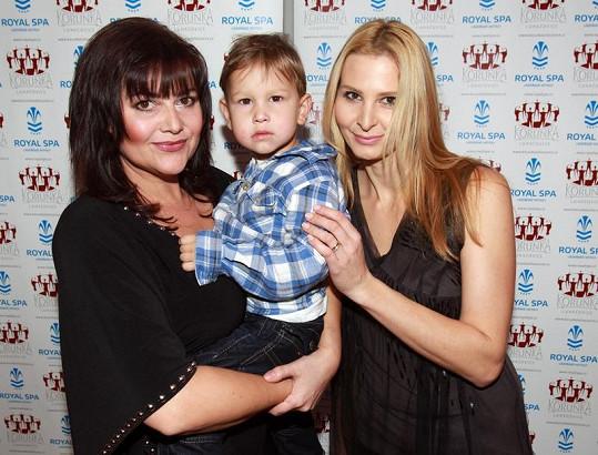 Ivana Gottová s kamarádkou Ilonou Csákovou a jejím synem Danielem.