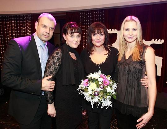 Ivana Gottová a Ilona Csáková s moderátorem večera Petrem Rychlým a ředitelkou občanského sdružení Korunka Veronikou Záhorskou.