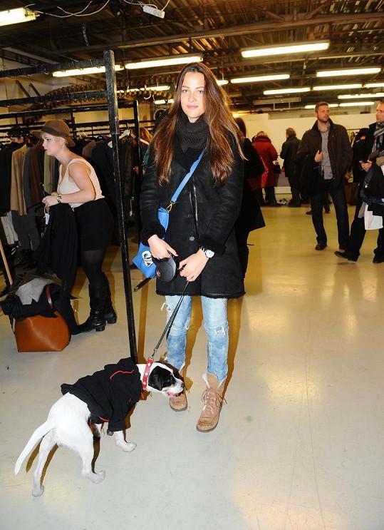 Kateřina Sokolová vzala na nákup i svého psa.