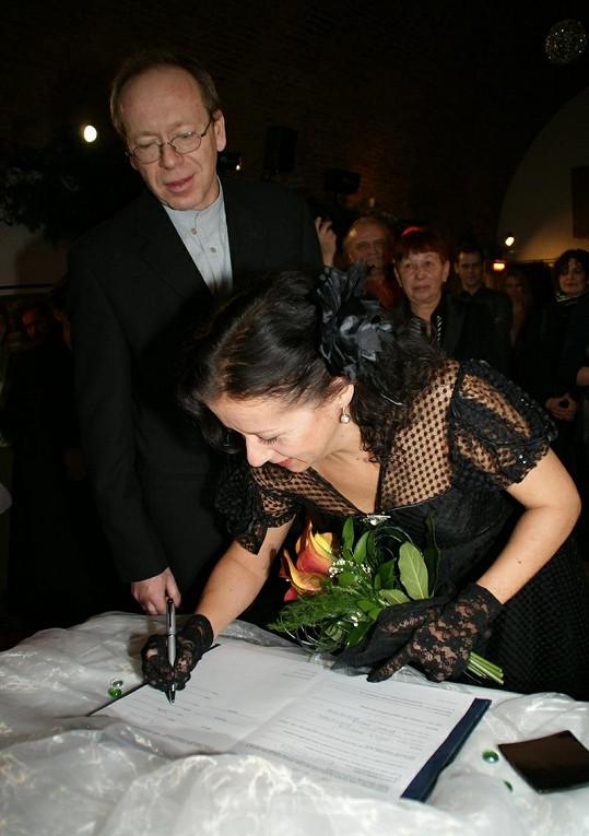 Ester měla potíže s podpisem.