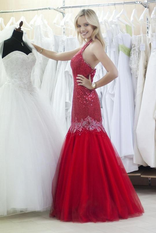 Kristýna si vybrala rudé večerní šaty.