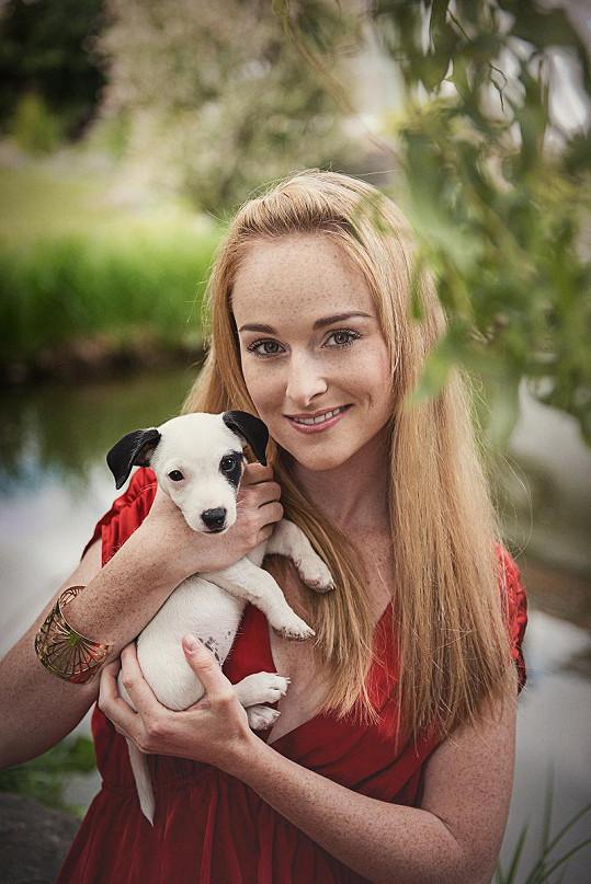 Na focení si vzala svého psího mazlíčka.