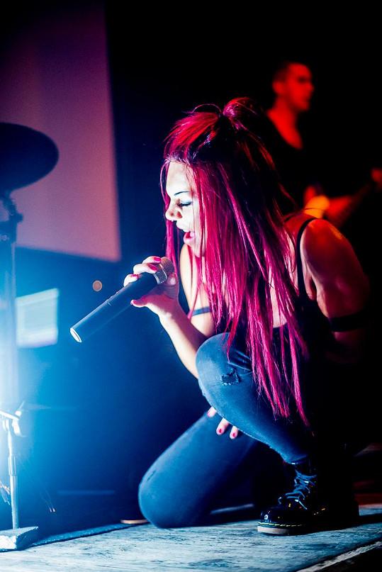 Někdejší finalistka X Factoru má svou kapelu i debutové album.