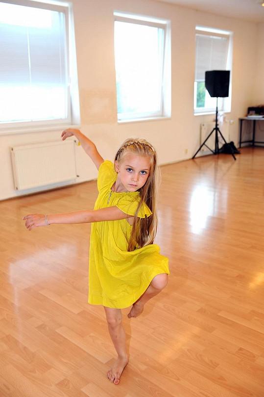 Amélie se předváděla v tanečním sále.