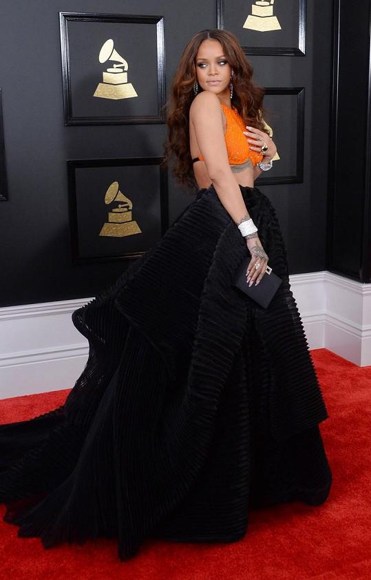 Dlouho jsme zvažovali, jestli tyto dvojdílné šaty od Armani Privé, cíleně odhalující rozměrná tetování, zařadit mezi nejhorší, nebo nejlepší modely. Dlužno dodat, že Grammy jsou především show a tam tento model právem patří.