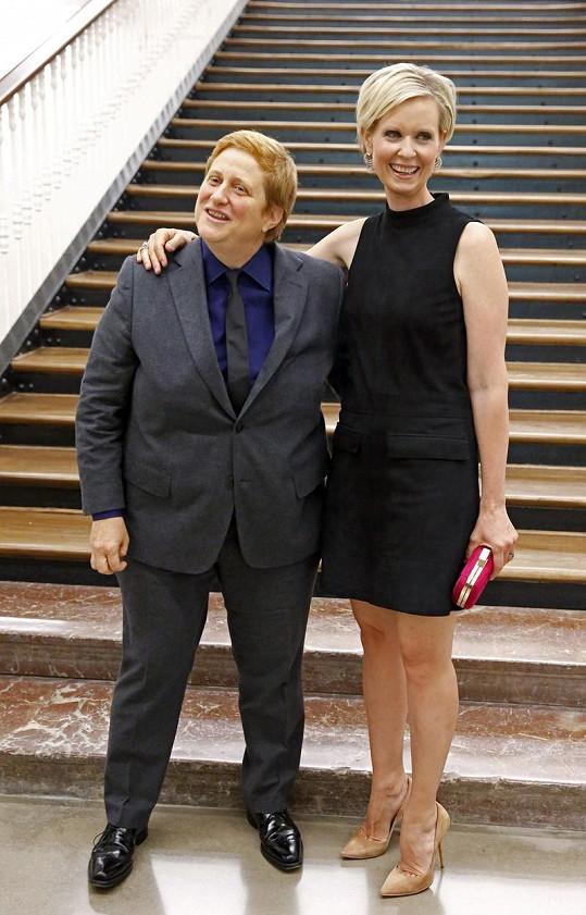 Cynthia Nixon a Christine Marinoni ve Španělsku