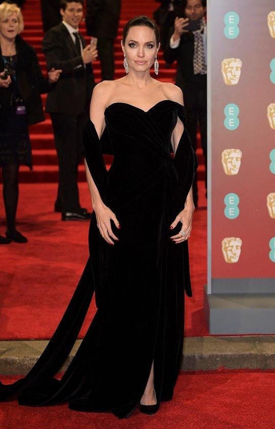 Angelina Jolie za ta léta velmi dobře ví, co jí sluší. Opakovaně vsadila na černý těžký samet a diamanty. Díky šále byly navíc skryté její kostnaté ruce, za které je v poslední době dost kritizovaná.