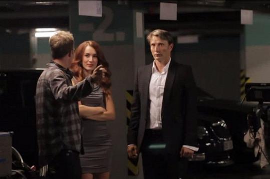 Herci přijímají instrukce od režiséra.